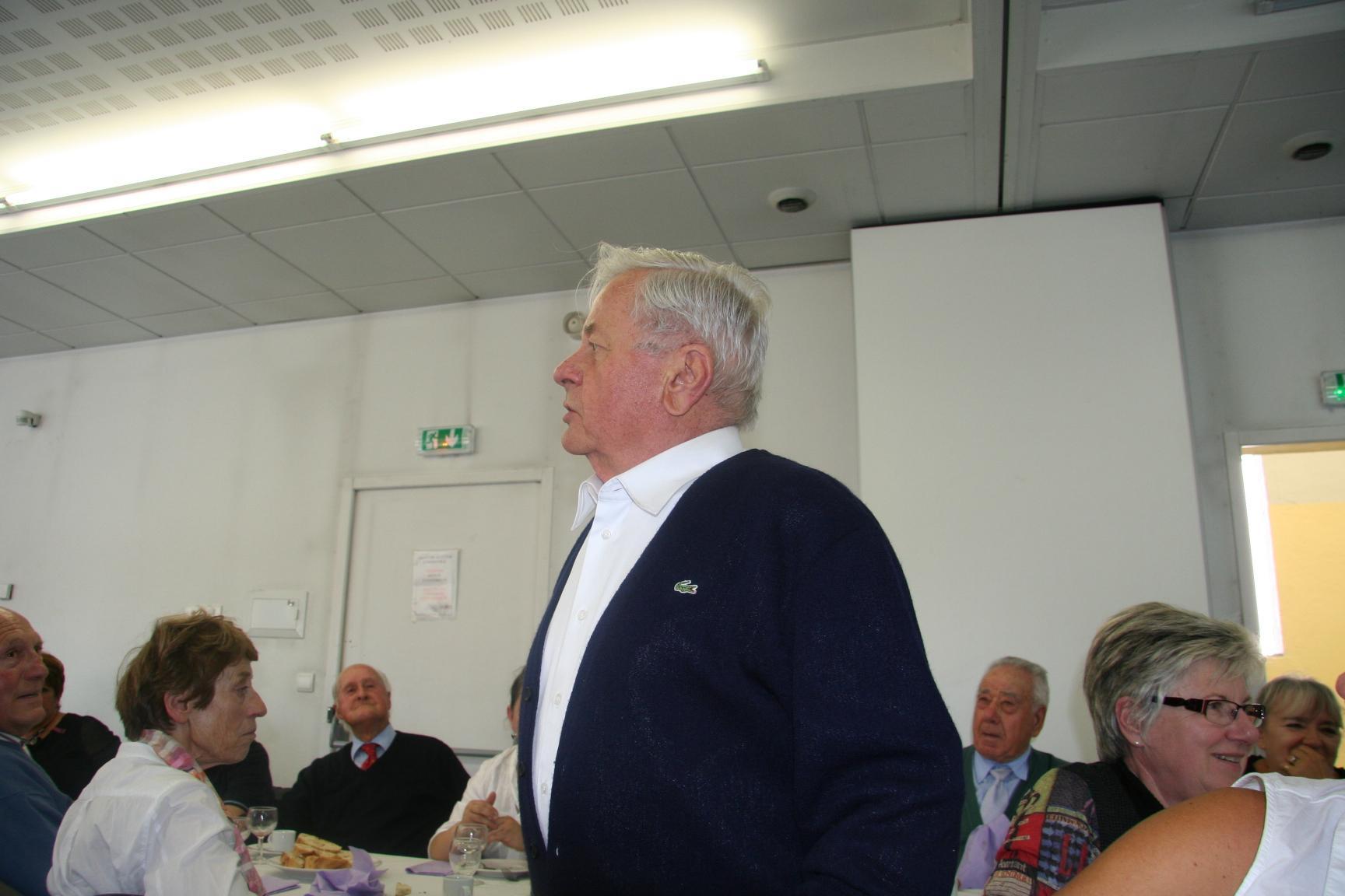 Jean chantant à notre congrès départemental de 2010 à Saint-Claude en présence de Raymond Aubrac