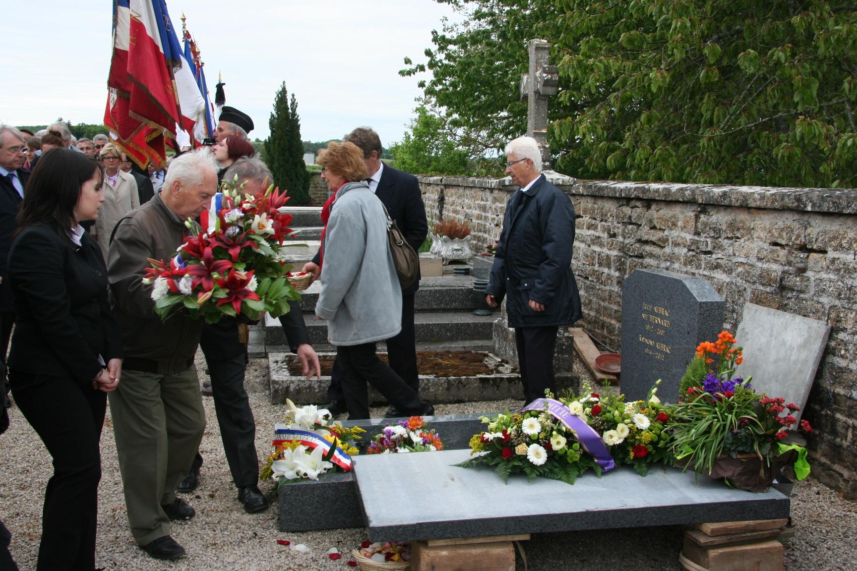 Jean Machuron et Coline Auclair déposent la gerbe de l'ANACR du Jura pour honorer Lucie et Raymond
