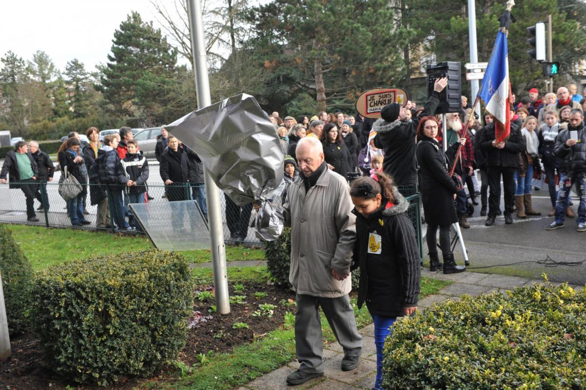 Dépôt d'une des gerbes au monument de la Résistance par Jean Machuron (Résistant) et une jeune fille