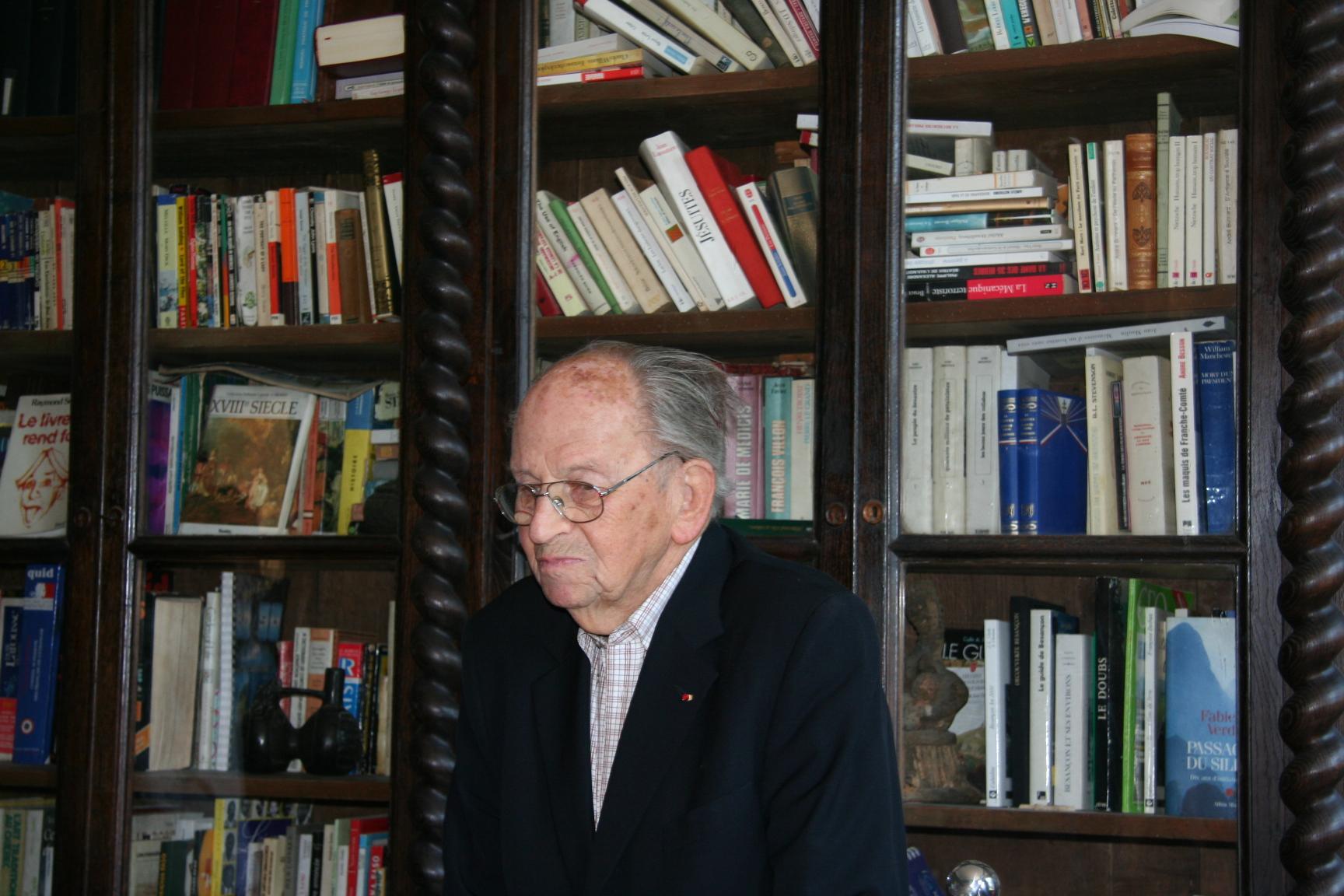 Raymond aubrac au chateau de villevieux dans la fameuse bibliotheque